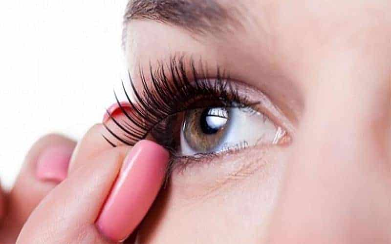 How to Put on Fake Eyelashes For Beginners?